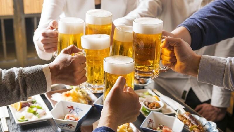 Con người thường thoải mái hơn và dễ dàng nói ra các vấn đề khi đã uống bia rượu