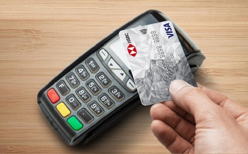 Chi tiêu vượt hạn mức sẽ bị tính phí tùy thuộc vào hạng thẻ